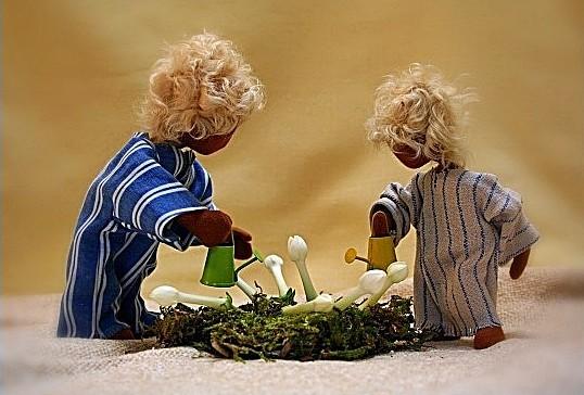 Biblische Erzählfiguren Kinder beim Gießen von Blumen